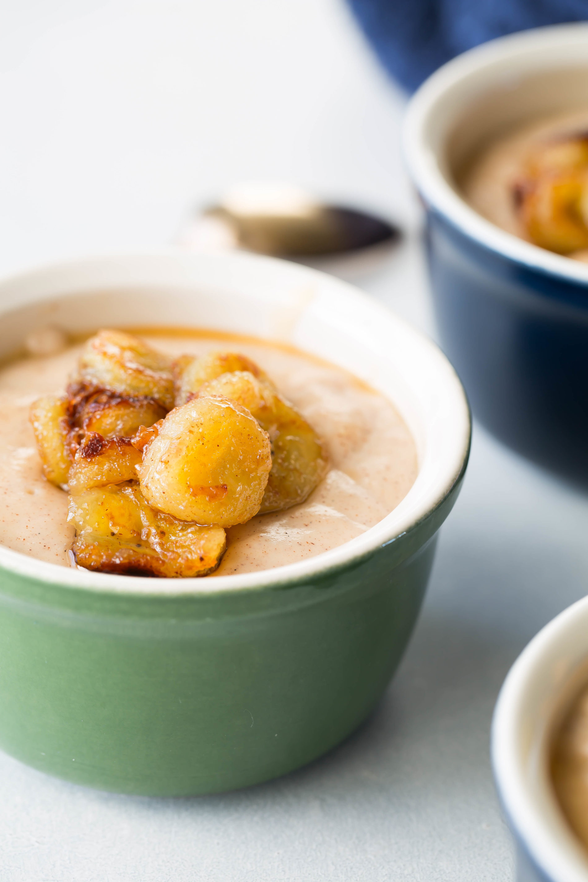 honey and cinnamon pudding with caramelized bananas